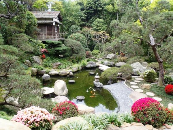 jardin-japonais-avec-des-pierres-dispersées