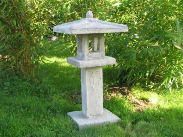 une lanterne japonaise dans le jardin le charme de l 39 extr me orient chez vous. Black Bedroom Furniture Sets. Home Design Ideas