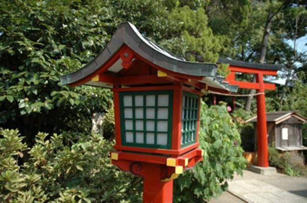 lanterne-japonaise-dans-un-sanctuaire-de-kamakura