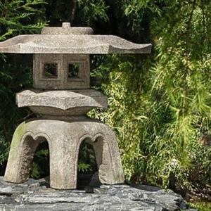 Une lanterne japonaise dans le jardin - le charme de l'Extrême-Orient chez vous