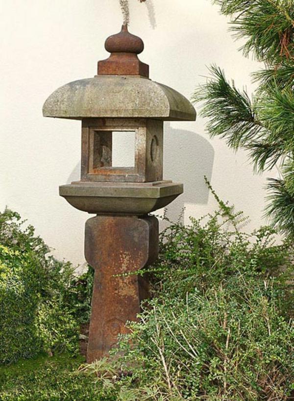 lanterne-japonaise-pres-d'un-mur