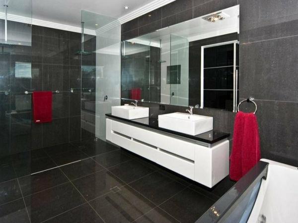 Le meuble salle de bain double vasque convient une for Meuble de salle de bain noir et blanc