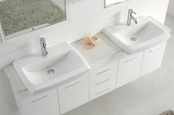 meuble-salle-de-bain-à-double-vasque-des-éviers-mignons-en-blancs