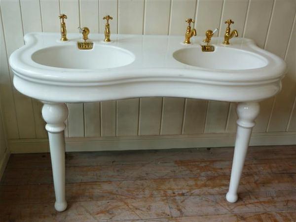 meuble-salle-de-bain-à-double-vasque-deux-éviers-avec-des-robinets-dorés