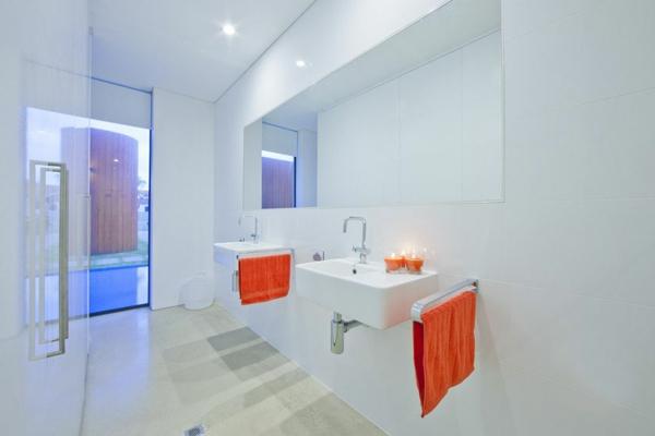 meuble-salle-de-bain-à-double-vasque-un-intérieur-blanc