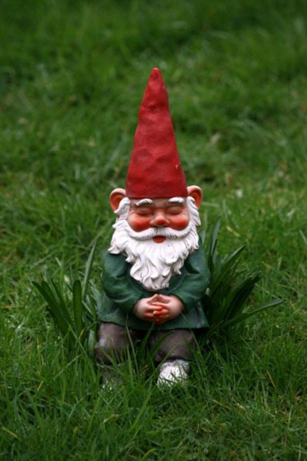 nain-de-jardin-avec-chapeuax-rouge