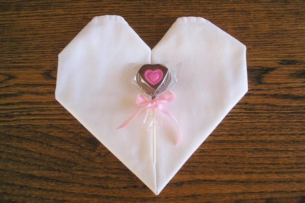 origami-serviette-coeur-blanc