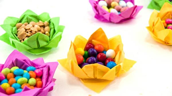 Une origami serviette resplendit la table et vous donne une humeur optimistique - Pliage serviette bonbon ...