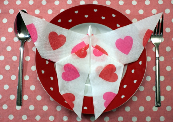 origami-serviette-en-rose-et-blanc