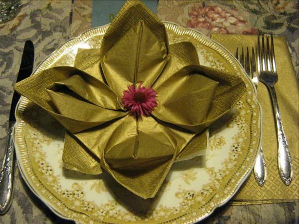 origami-serviette-en-vert-d'olive