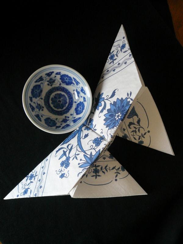origami-serviette-et-assiette-en-bleu-et-blanc