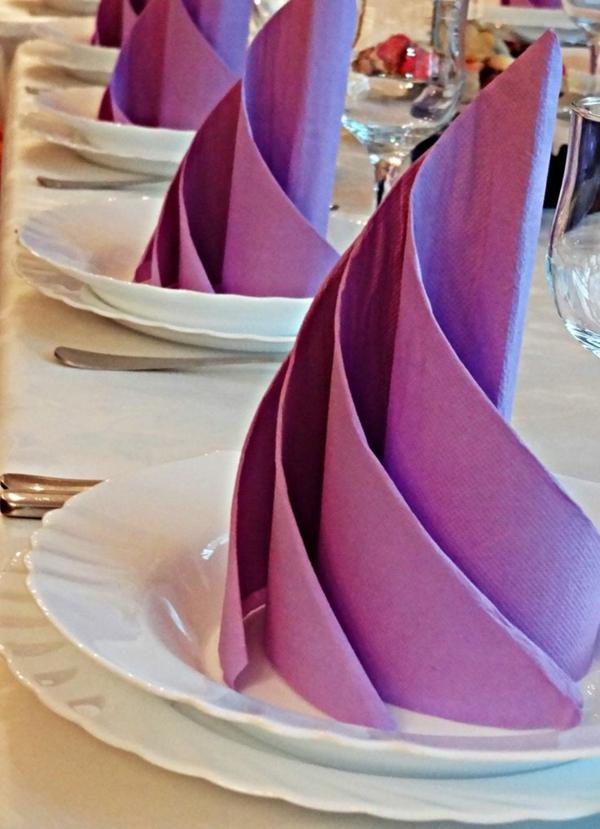 origami-serviette-serviettes-jolies-en-couleur-pourpre