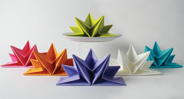 origami-serviette-serviettes-pliées-multicolores