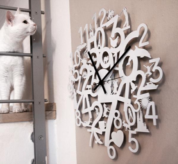 pendule-murale-design-blanc-et-un-chat-blanc