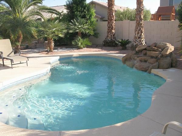 petit-piscine-creusée--extérieur-en-blanc