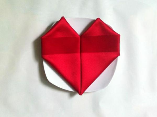 pliage-de-serviette-en-tissu-coeur