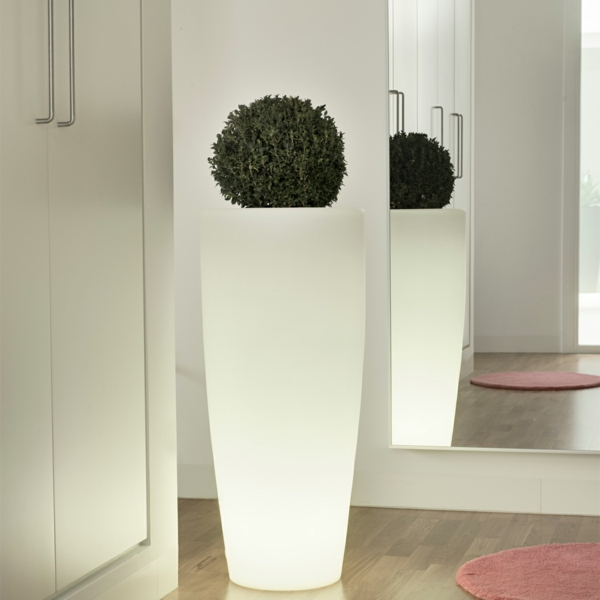 Le pot de fleur lumineux repr sente une d co charmante de vos jardins for Pot de plante design