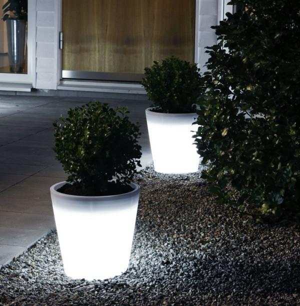 pot-de-fleur-lumineux-deux-pots-de-fleurs-sur-un-gravier-en-pierre