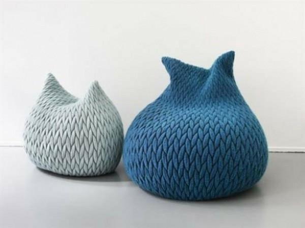 pouf-tricot-en-bleu-et-gris