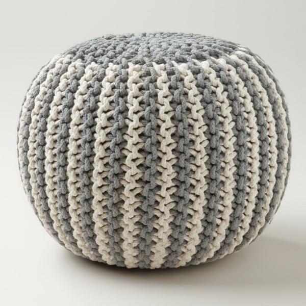 un'pouf-tricot-en-gris-et-beige