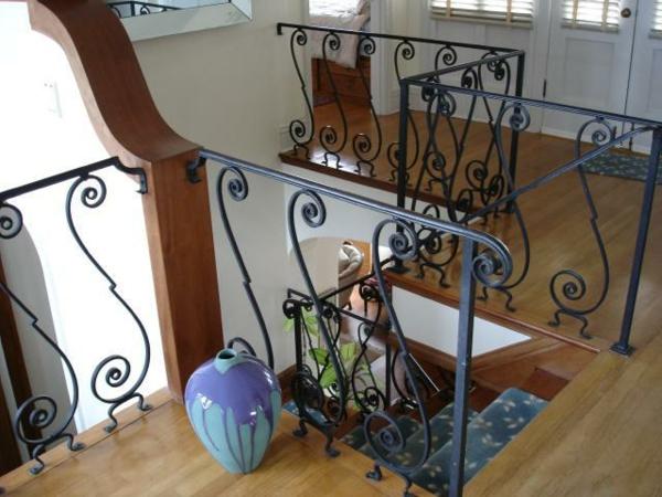 rambarde-fer-forge-interieur-escalier-vase-bleu