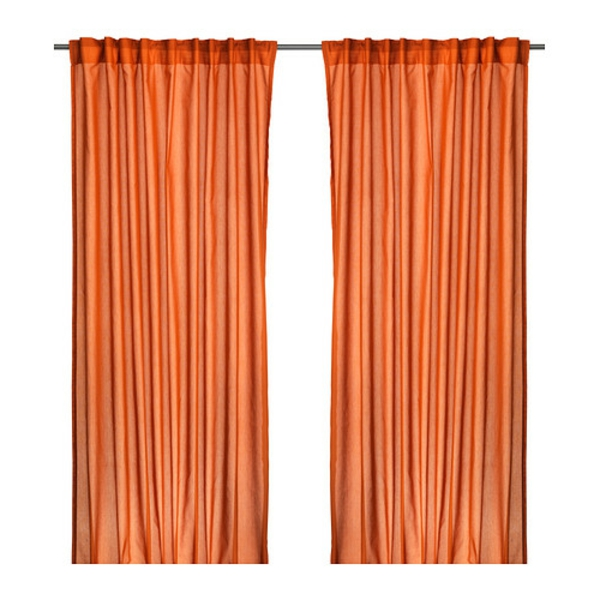 rideaux-ikea-vivian-orange-fonce-Le rideau laisse passer la lumière mais préserve l'intimité ; idéal pour une solution avec plusieurs couches de rideaux