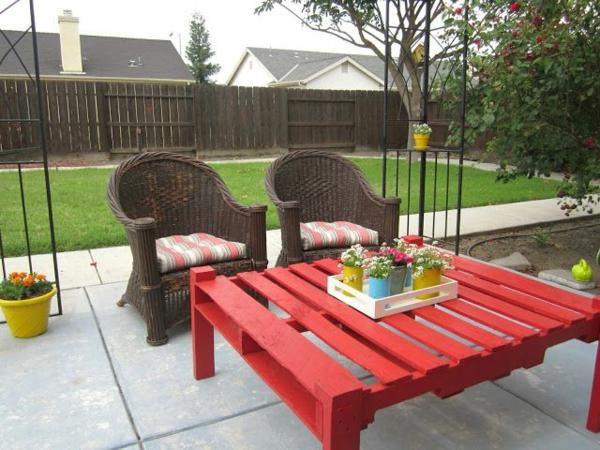 salon-de-jardin-en-palette-une-table-rouge-en palette-et-deux-chaises