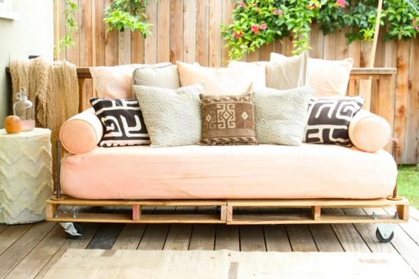 Le salon de jardin en palette bricolez vos meubles patio for Divan exterieur palette