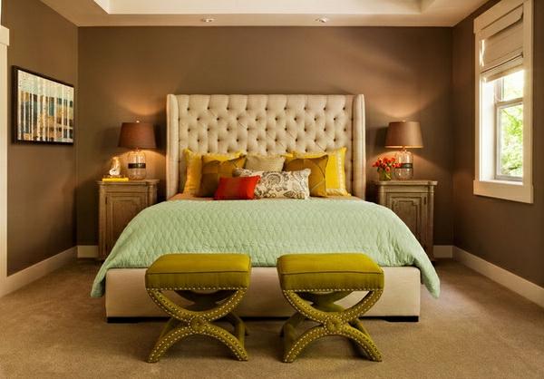 tête-de-lit-capitonnée-blanche-et-des-coussins-jaunes