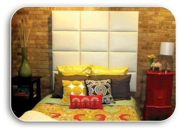 tête-de-lit-capitonnée-blanche-et-un-mur-en-briques