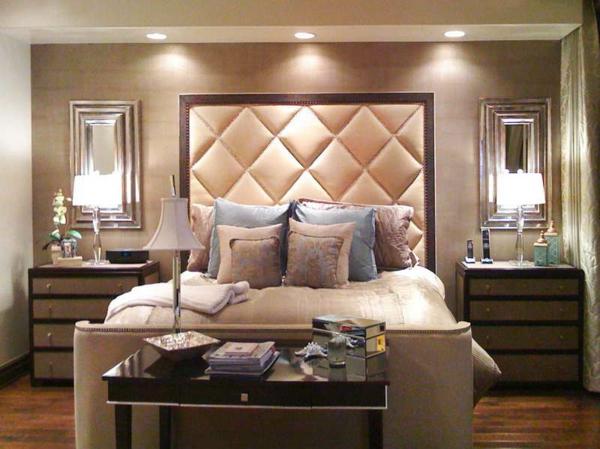 tête-de-lit-capitonnée-dans-une-chambre-à-coucher-glamoureuse