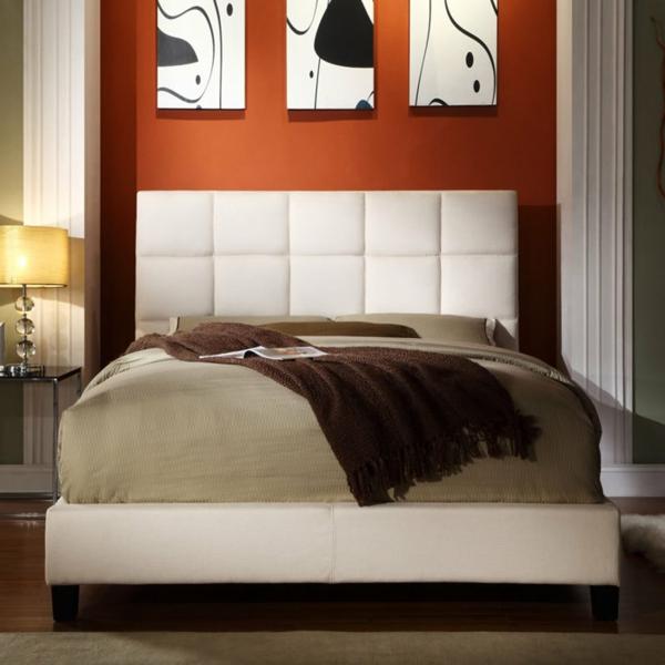tête-de-lit-capitonnée-en-microfibre-blanc-près-d'un-mur-orange