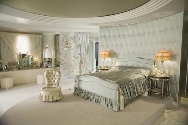 Meuble Chambre Bebe Carrefour : une chambre à coucher glamoureuse en couleur crème, un mur et une