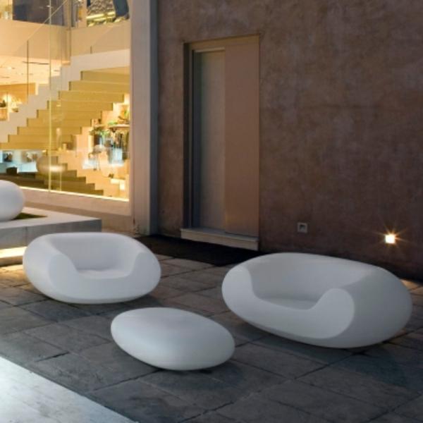 table-basse-galet-et-des-fauteuils