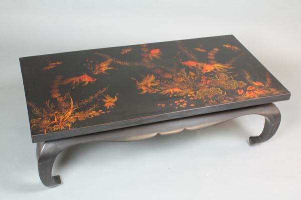table-basse-opium-noire-avec-des-dessins-de-poissons