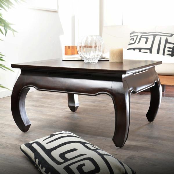 table-basse-opium-et-des-coussins-en-noir-et-blanc