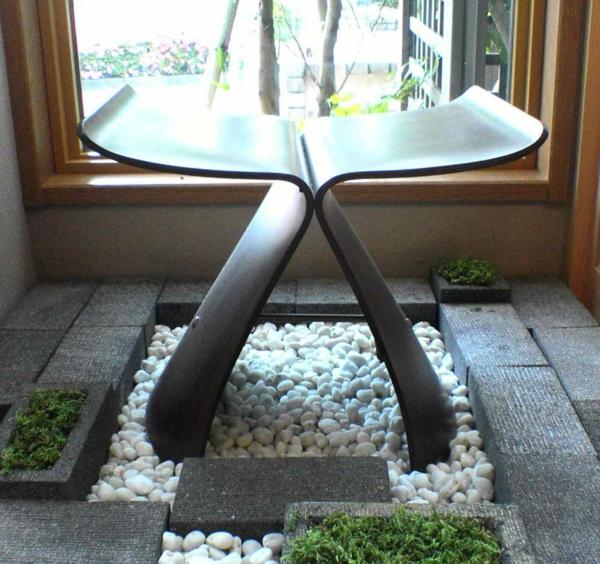 tabouret-japonais-sur-un-espace-avec-du-gravier-naturel