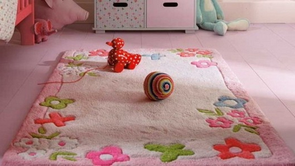 tapis-chambre-bebe-rose-et-fleurs