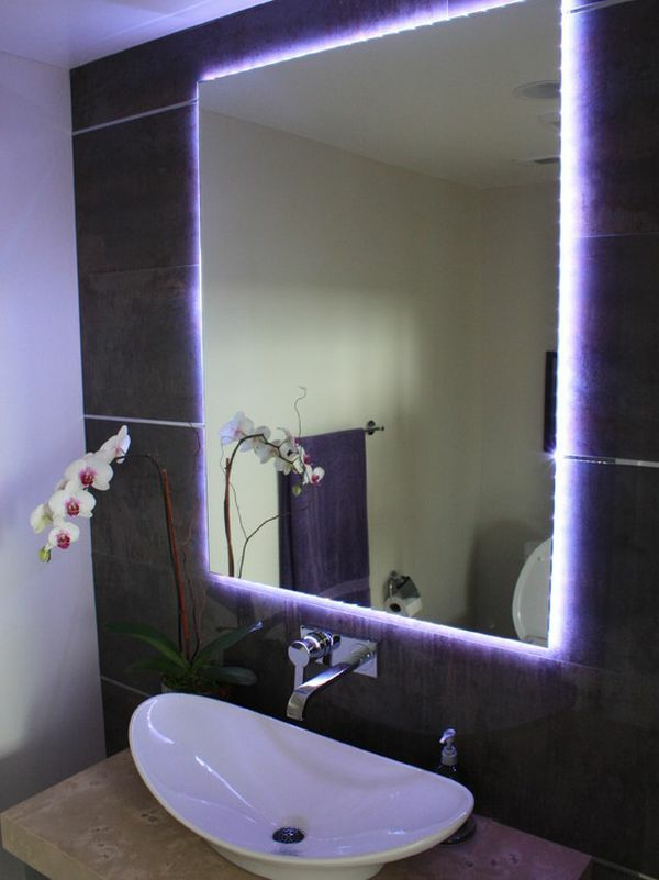 unique-éclairage-de -miroir-pour-la-salle-de-bain-violet