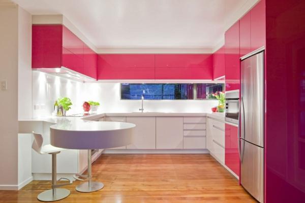 vaisselier-moderne-des-commodes-roses-dans-une-cuisine-moderne