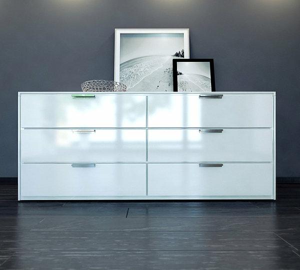 vaisselier-moderne-en-blanc-avec-des-cabinets