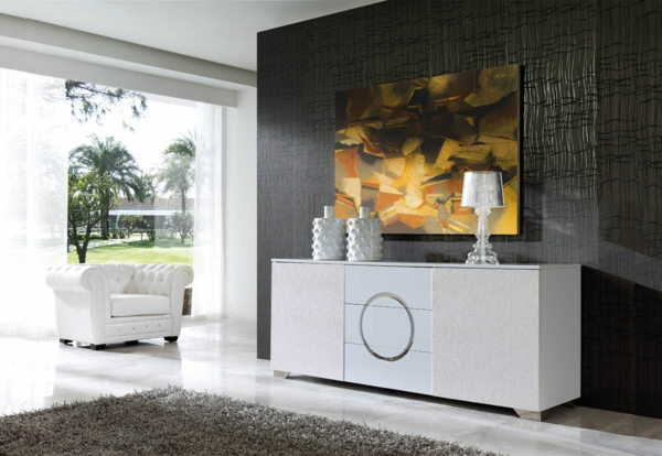 vaisselier-moderne-un-fauteuil-blancet-une-peinture-magnifique