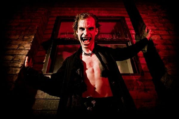 vampire-Halloween-costumes-ideas-scary-costumes-resized