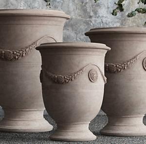 La vase d' anduze - une décoration classique pour le jardin magnifique de vos rêves