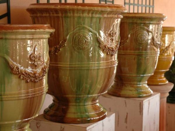 vase-d'anduze-des-vases-en-beige-et-vert