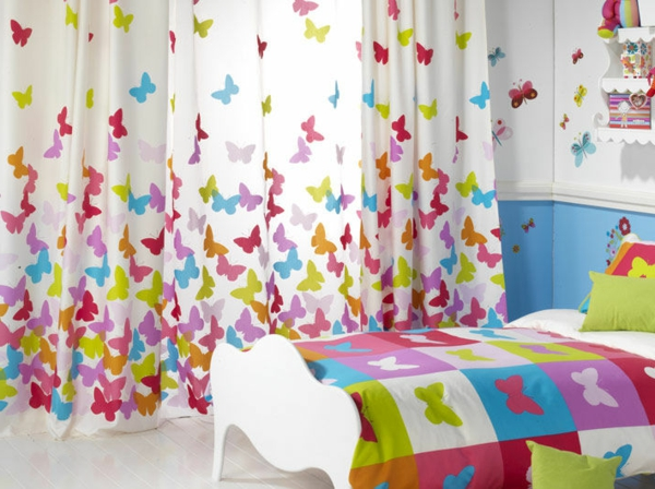 voilage-de-chambre-enfant-aux-motifs-de-papillon