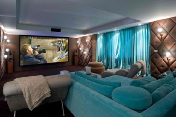 voilage-turquoise-dans-une-chambre-aux-détals-bleus-et-marron