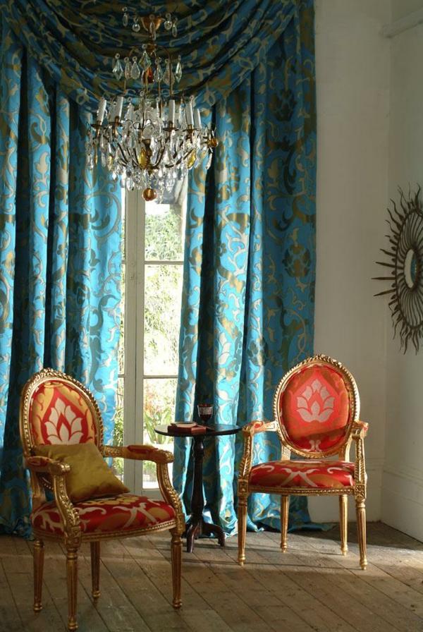 voilage-turquoise-et-deux-chaises-rouges