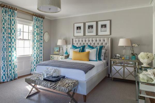 voilage-turquoise-et-trois-peintures-au-mur-d'une-chambre-à-coucher