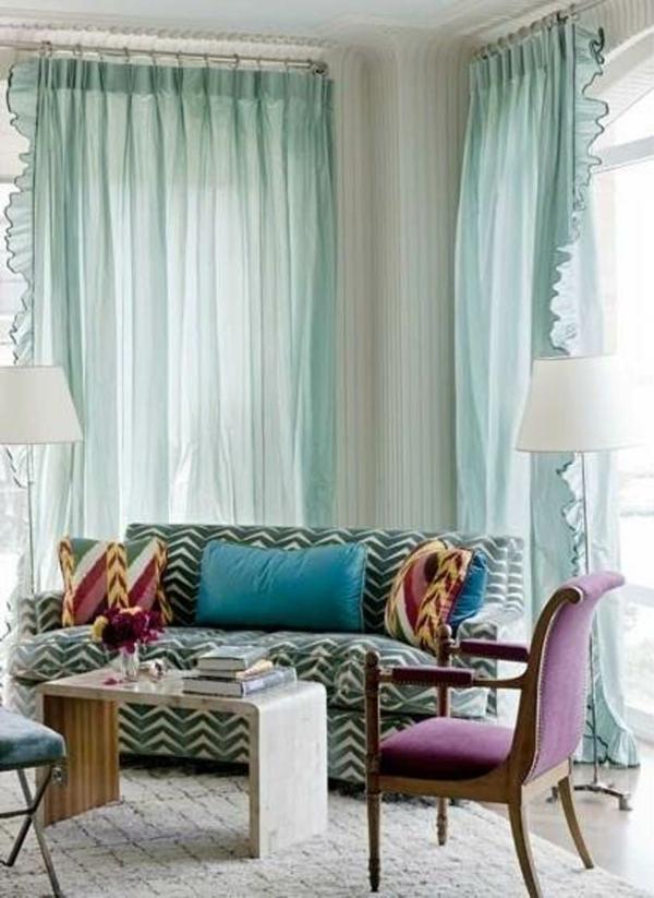 voilage-turquoise-et-une-chaise-pourpre